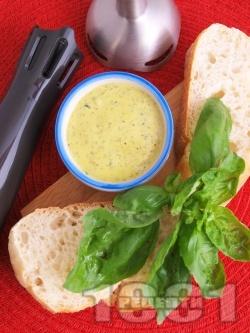 Лесна и бърза домашна майонеза със зехтин, жълтъци и босилек - снимка на рецептата